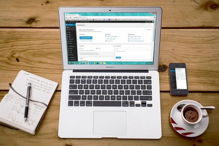 Korzyści z aktualizowania artykułów na blogu firmowym